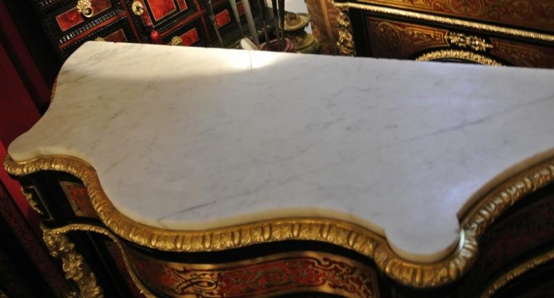 Exemple de marbre enchâssé sur meuble Boulle