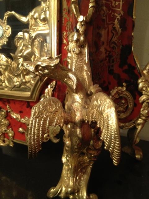 Ornementation en bronze sur meuble en marqueterie
